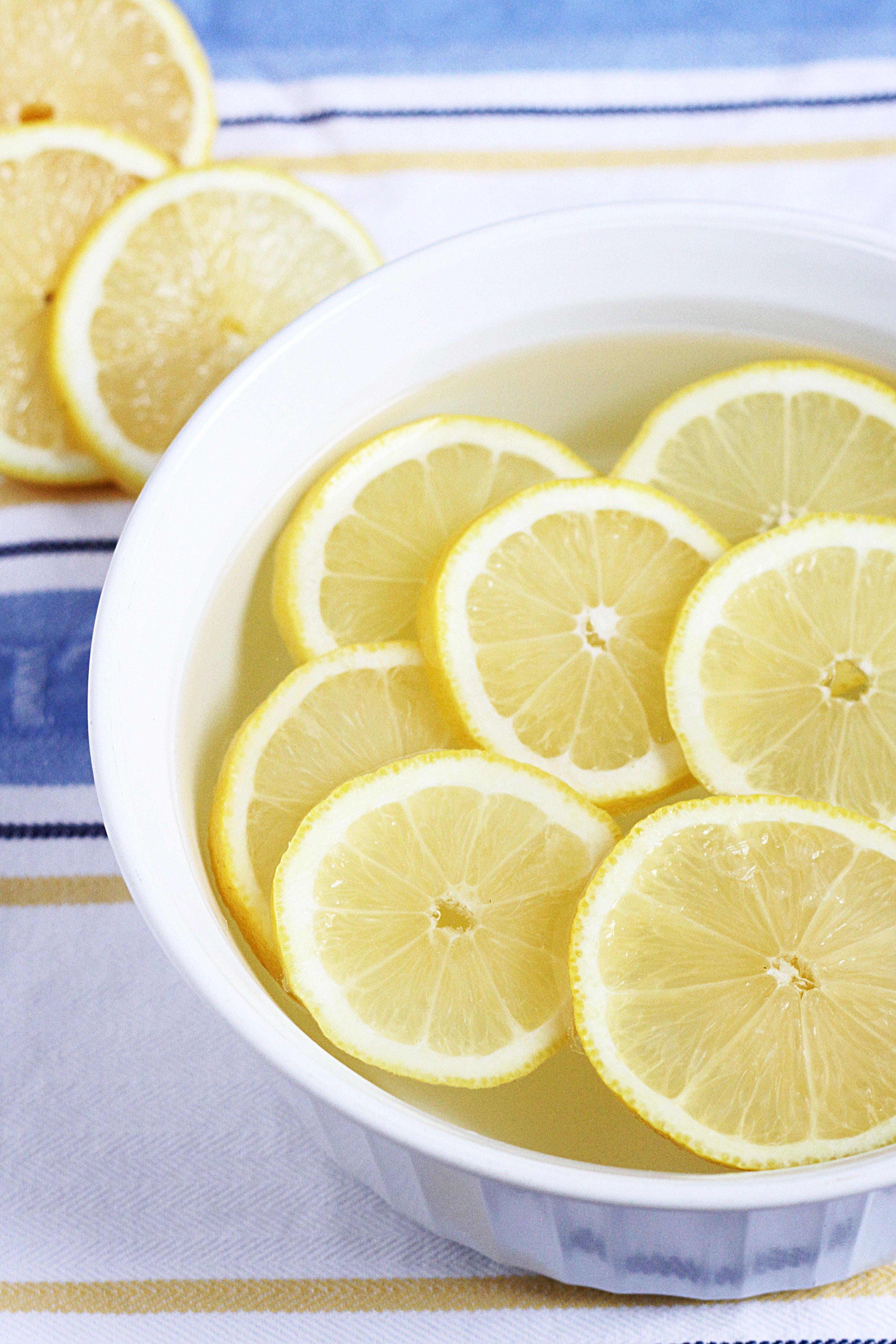 cleaning microwave lemons